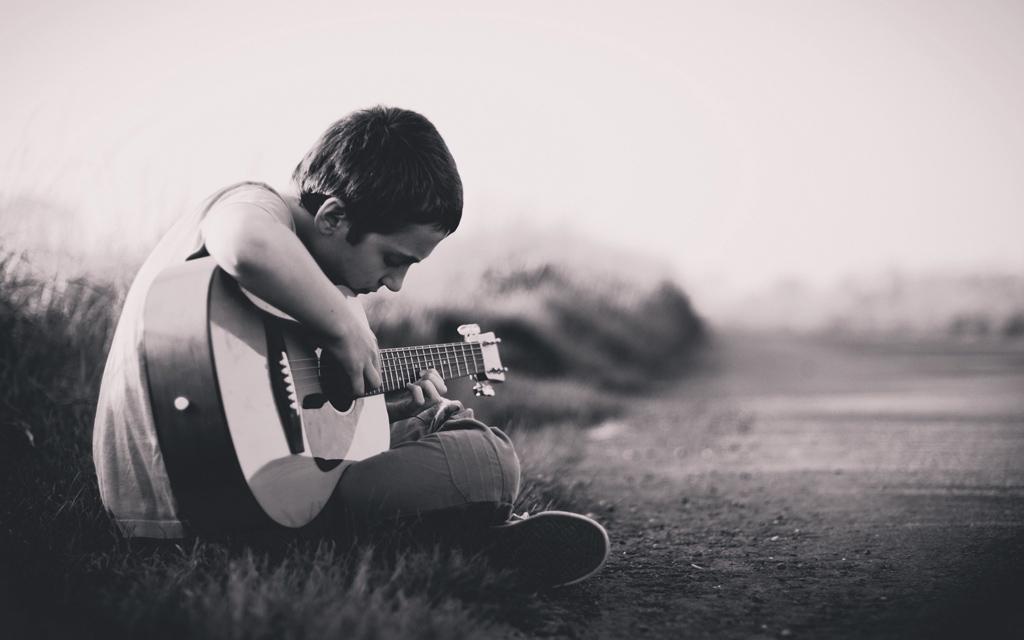 Instrument-lernen-Kind-Gitarre