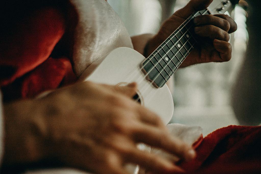 Weihnachtslieder Gitarre: weihnachtsmann-spielt-gitarre-weihnachtslieder-2019