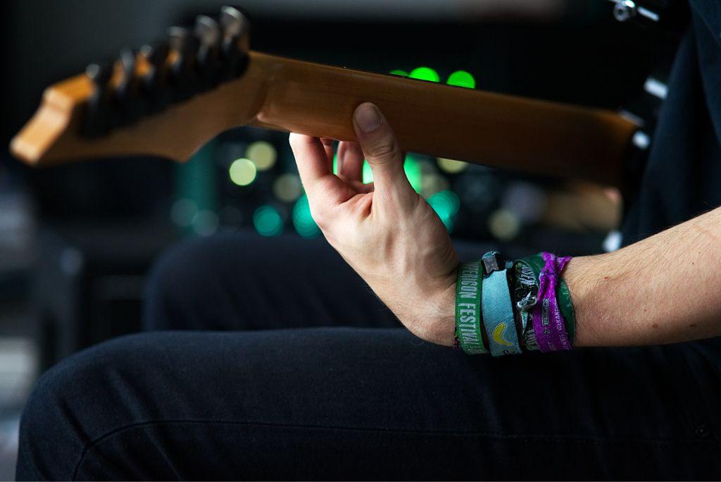 Gitarrist spielt Ibanez E-Gitarre für Anfänger
