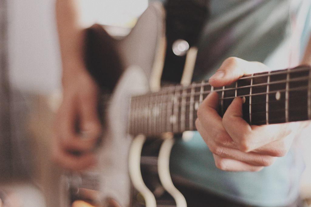 Anfänger Gitarrist spielt auf Telecaster Modell