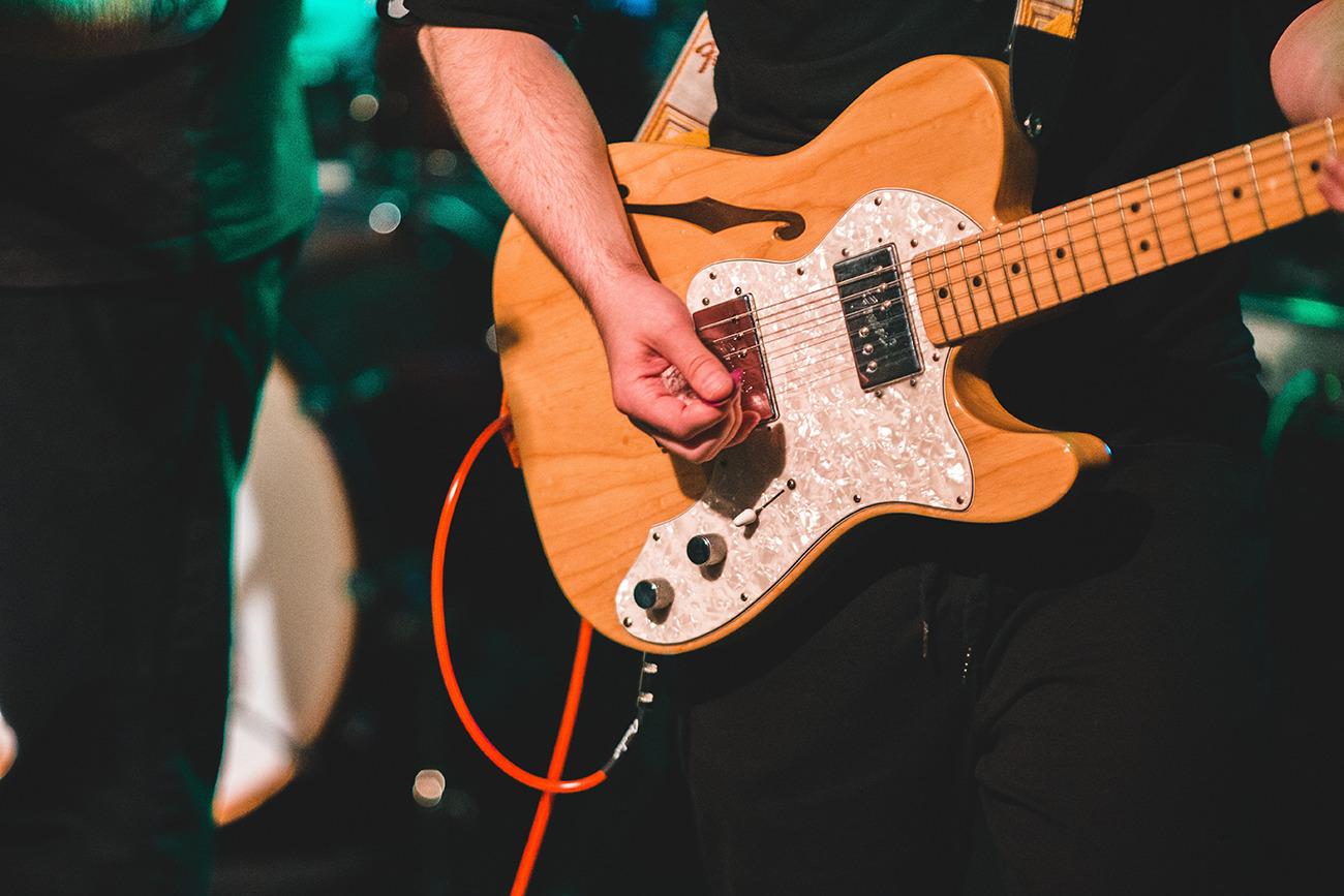 Gitarrist spielt mit Gitarrenkabel